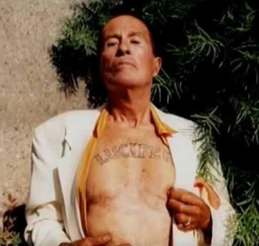 podstarzały Kenneth Anger z wytatuowanym na klacie imieniem Lucyfer